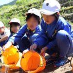 5月21日(月)越知谷小学校と越知谷幼稚園で稚アユの放流が行われました。