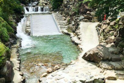 【カーミンのみずべ】グリーンエコー笠形|自然の中で遊ぶ!川に設置のすべり台