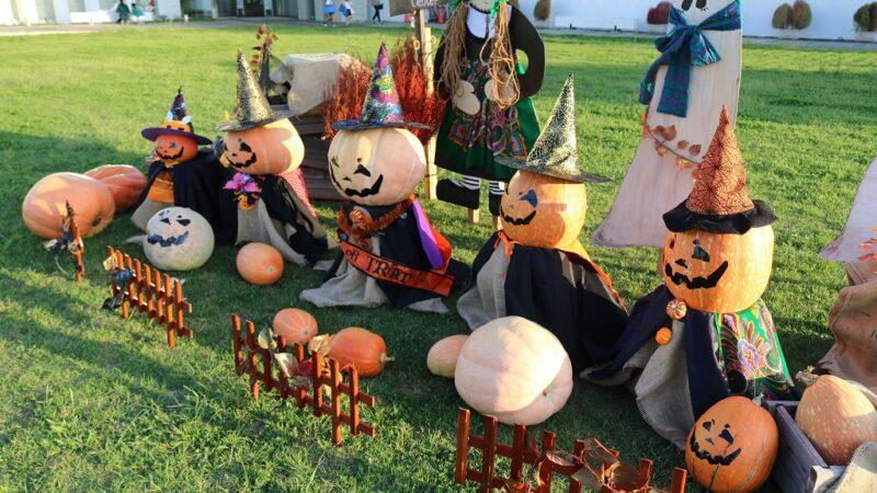 市川町文化センターでハロウィン飾りつけ ジャックオーランタンファミリー登場