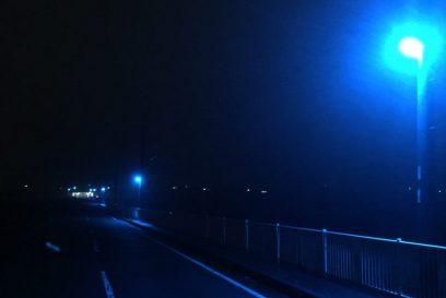 夜になると青の世界。青色街灯(LED青色防犯灯)が点灯する地域。 福崎町大貫
