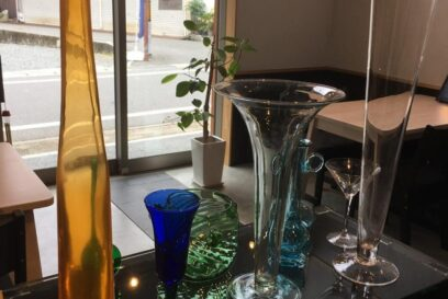 涼しげなガラスたちがお出迎え|カフェ・ド・あじゅーる(Azur)