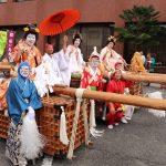 花嫁姿の男性を長持ちの上に乗せて担ぐ「とんぼ」|神河町日吉神社例大祭
