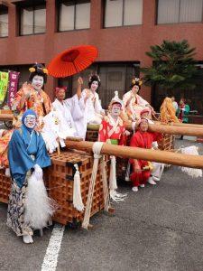 花嫁姿の男性を長持ちの上に乗せて担ぐ「とんぼ」 神河町日吉神社例大祭