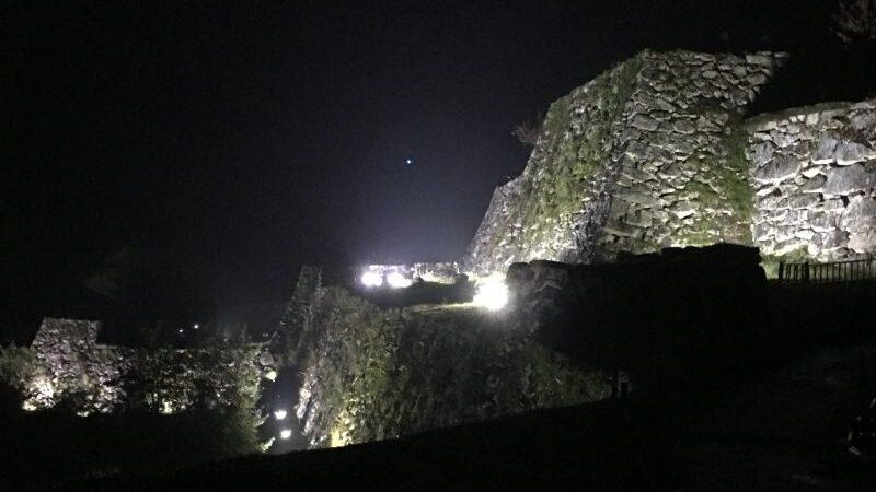 朝来市 竹田城跡ライトアップ。秋雨の夜に浮かぶ天空の城