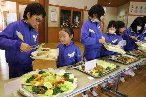 神河町 越知谷小学校でバイキング給食が実施
