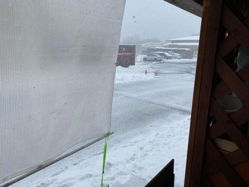峰山高原リゾートホワイトピークは雪が降り続いています