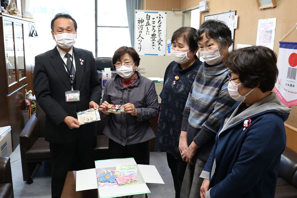 【神河町】ボランティアグループの方々から、手作りマスクの贈呈がありました
