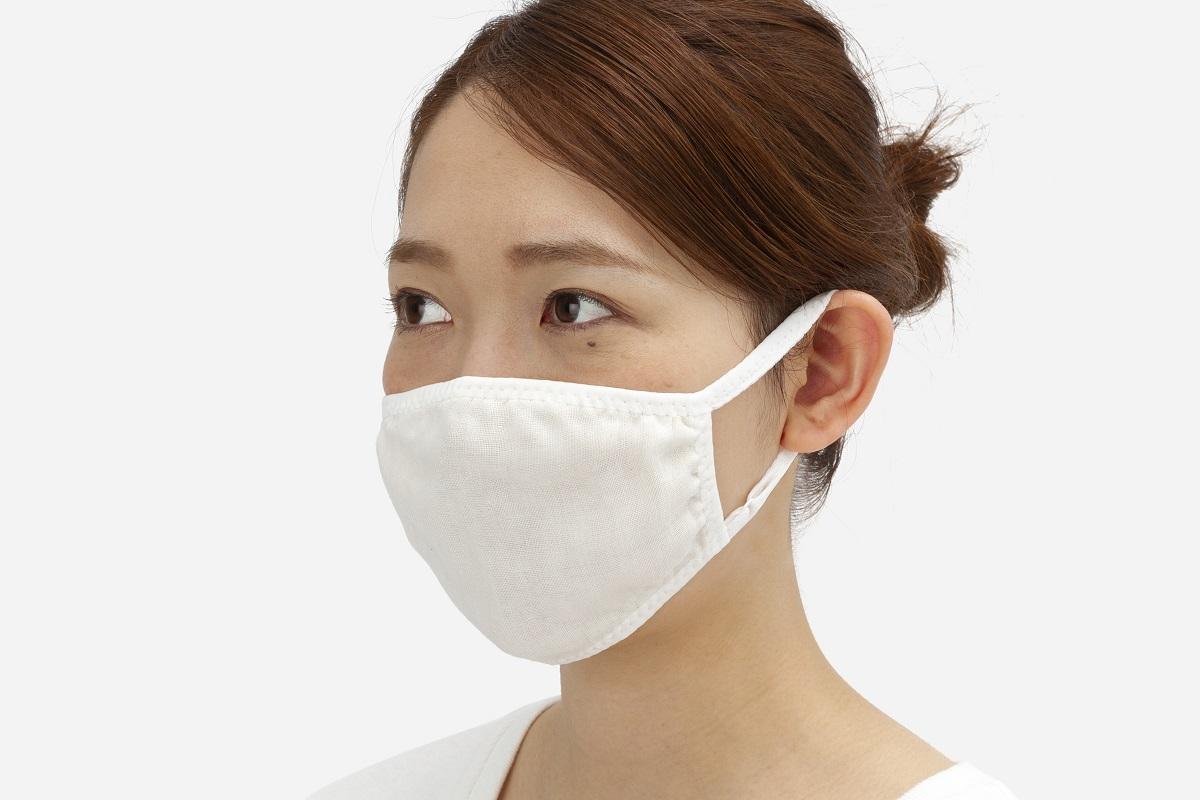 (左)接触冷感ひんやりクールマスク着用 (右)抗菌防臭 ムレにくいガーゼマスクS(アジャスター付き)着用