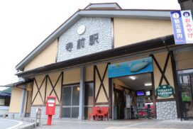 JR寺前駅前と新野駅前に木工椅子を寄贈|兵庫県立神崎高等学校