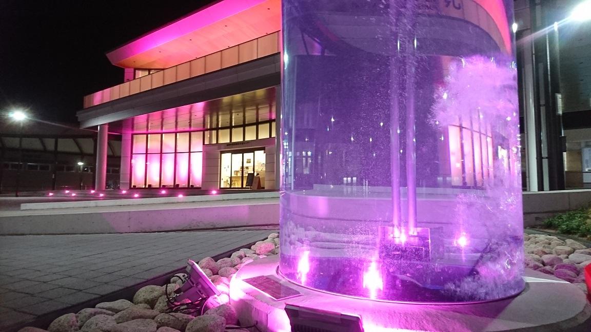 【福崎駅前】ピンクに染まってさらに妖しい!カッパのガジロウ|ピンクリボンライトアップ