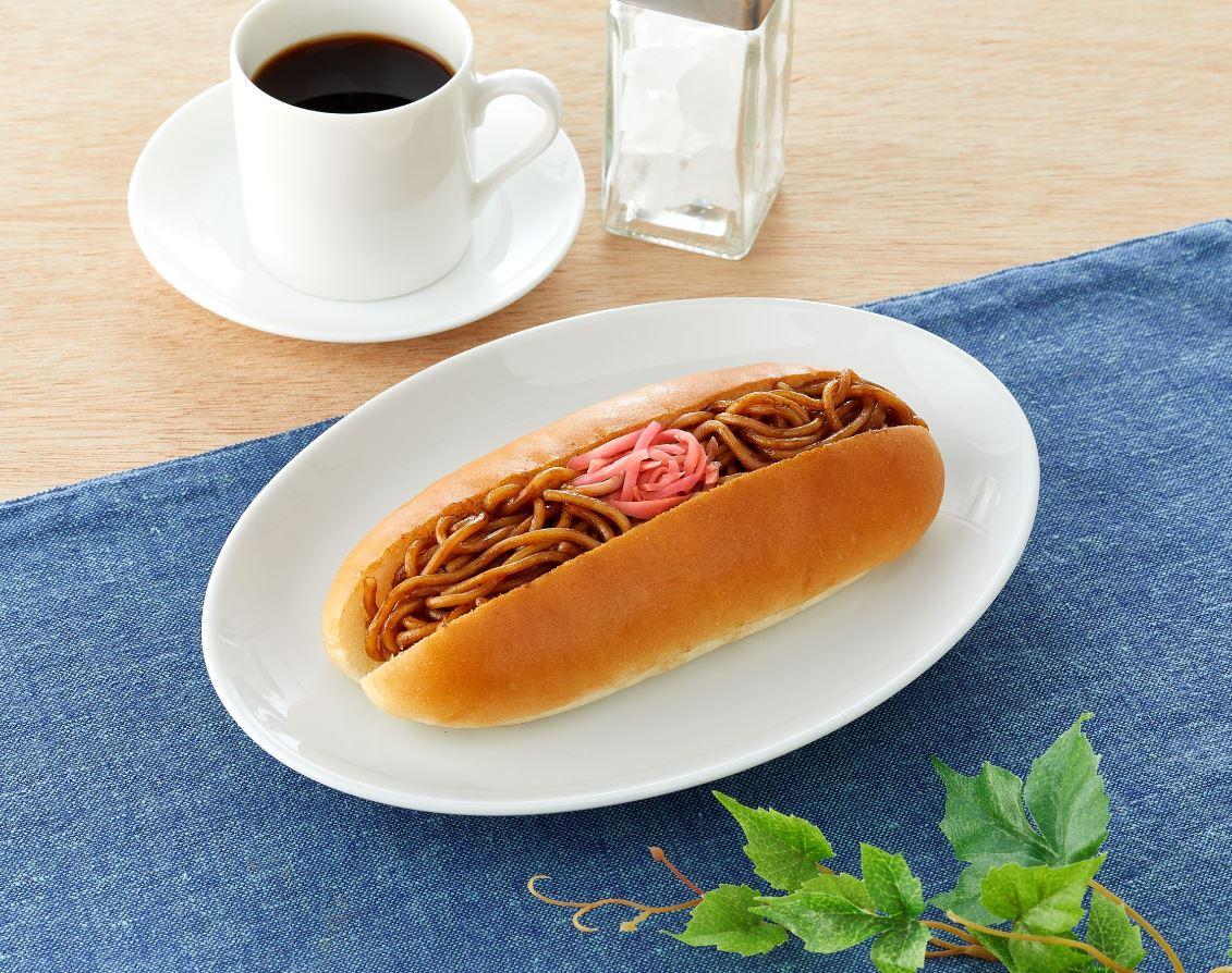 【ファミマ】ガッツリ濃厚ソースがクセになる「濃い旨ソース!焼きそばドッグ」新発売