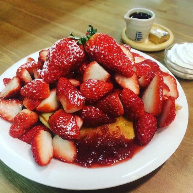 加西市産の大粒いちごをふんだんに。|いちごパンケーキ・いちごパフェ