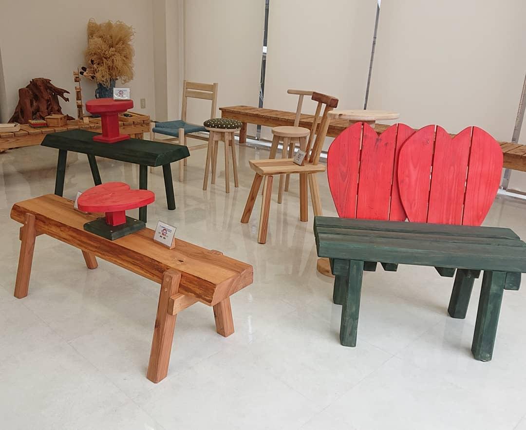 【神崎高校】木工クラフト部作品、カーミンの観光案内所で展示