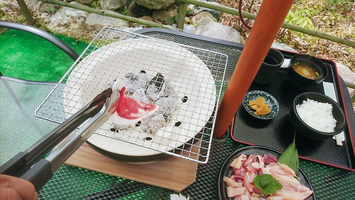 【市川町】新緑の庭で非日常ジビエBBQ!特上ボタン肉を自分で焼ける「炭火焼」コース