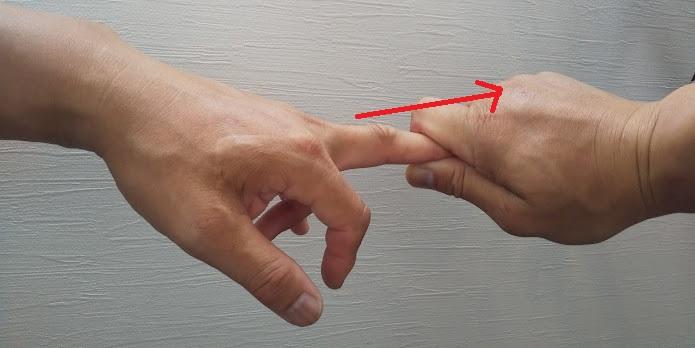 指を引っ張る